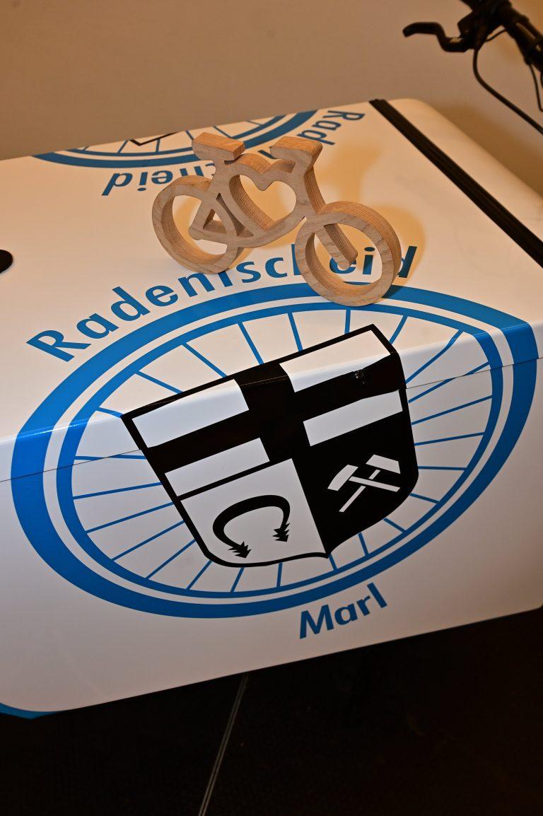 """Das Lastenrad """"Marlore"""" mit dem Symbol """"Radeln mit Herz"""" aus Eichenholz"""