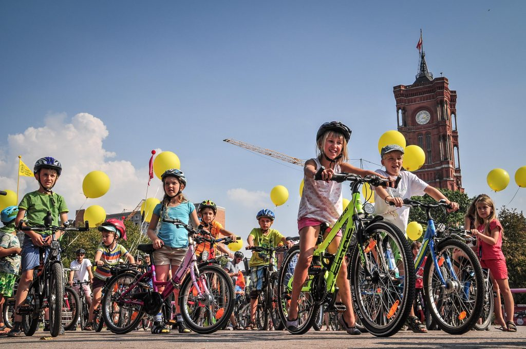 Kinder fahren mit dem Fahrrad durch die Stadt